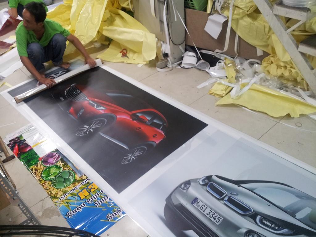 Nhân viên DVQuangCao đang tiến hành gia công thành phẩm in backlit film trang trí showroom xe hơi