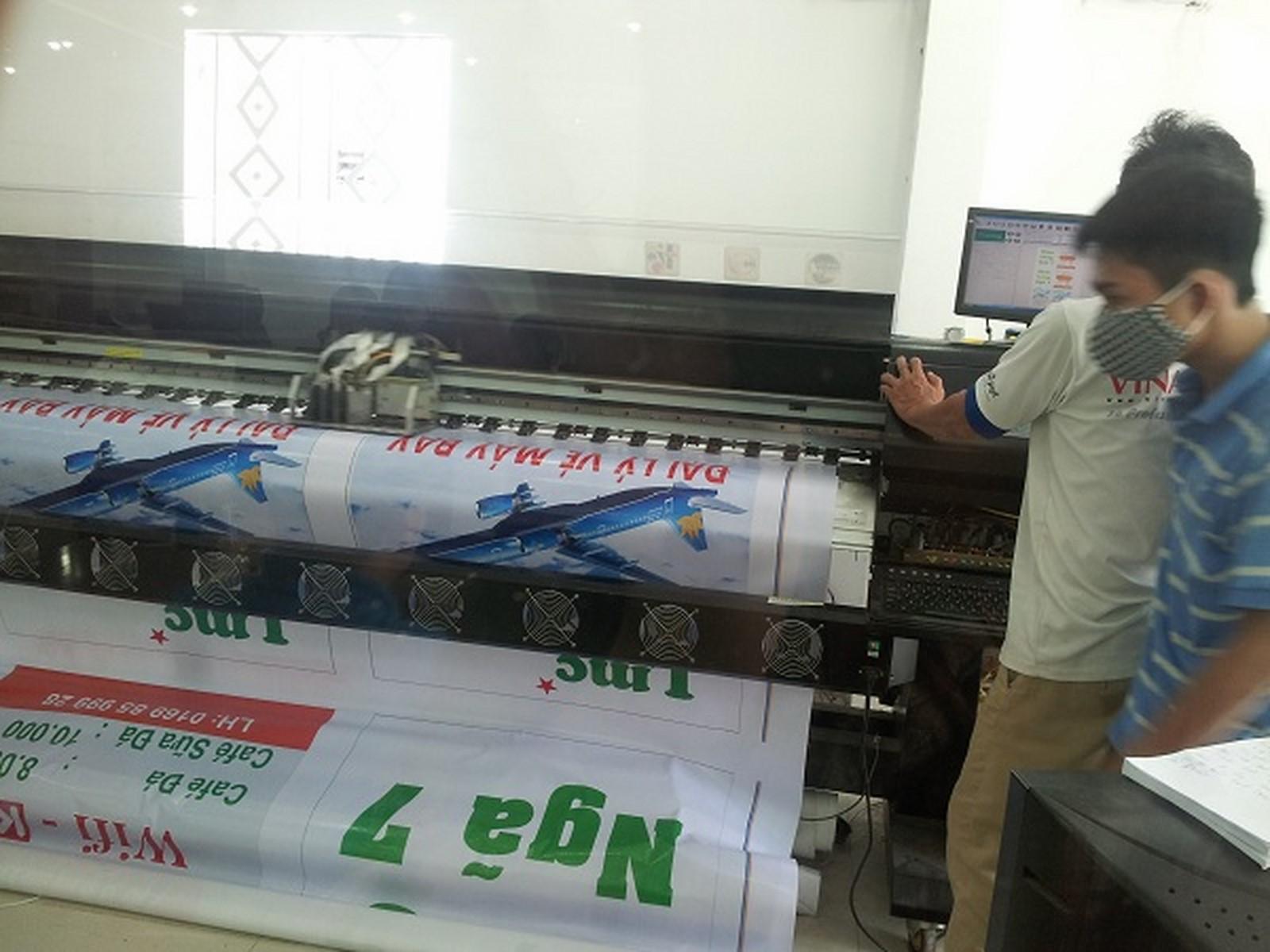 Bạt hiflex làm phông nền quảng cáo đang được in nhanh với máy in hiflex khổ lớn 3m2, mực dầu cho quảng cáo và trang trí ngoài trời