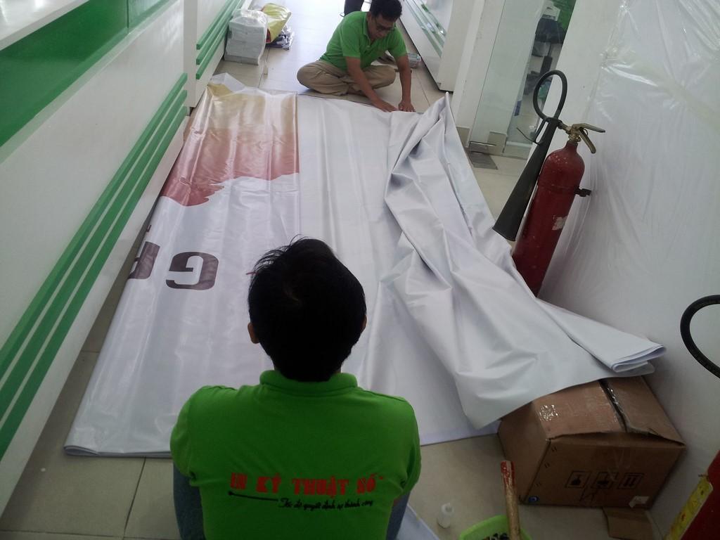 Gia công đóng khoen cho phông nền hiflex trực tiếp tại Công ty DV Quảng Cáo