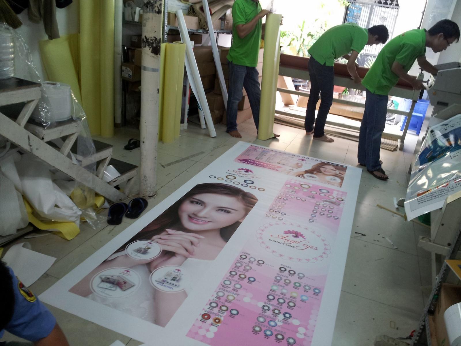 In poster gắn standee với hình ảnh sắc nét, màu sắc tươi sáng và nhanh chóng tại DVQuangCao