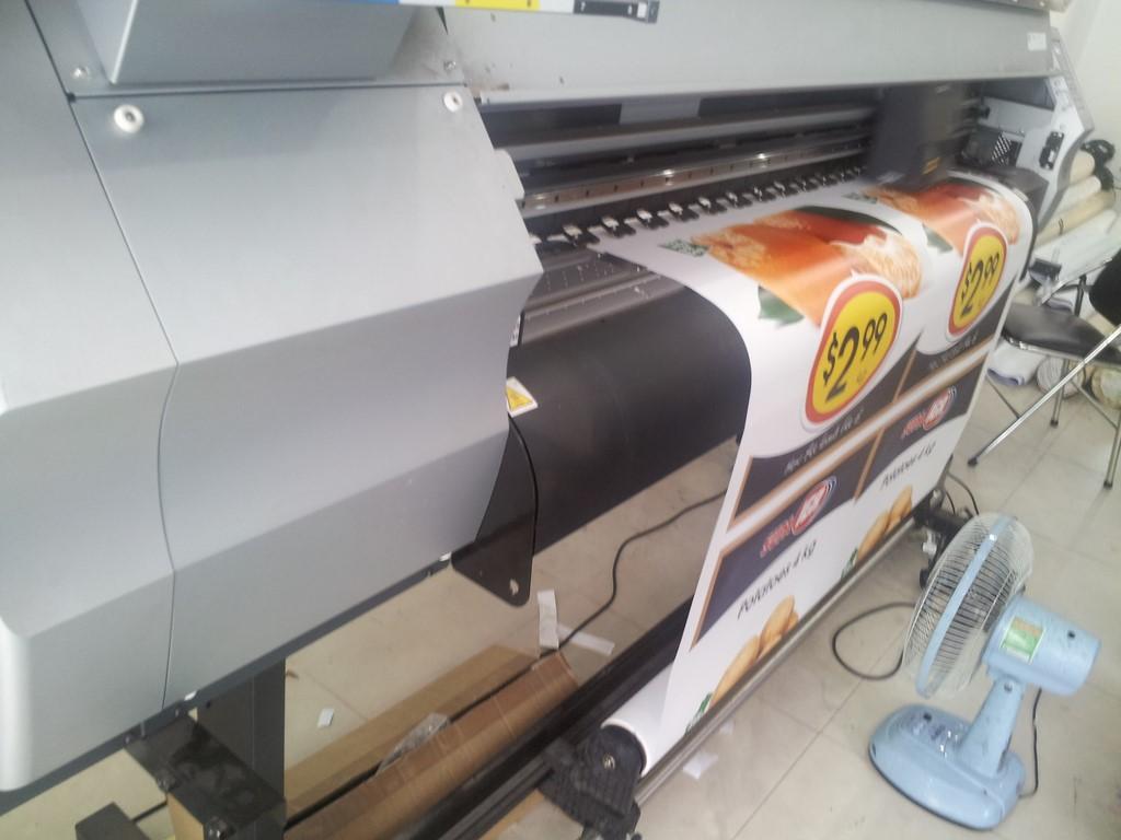 Thực hiện in poster treo standee trên chất liệu PP được trực tiếp in ấn bằng máy in Nhật Bản cho thành phẩm màu bền, hình ảnh sắc nét, nội dung rõ ràng