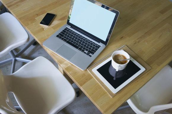 Vừa sử dụng MacBook Air cũ hay MacBook pro cũ, Vừa sử dụng đồ uống
